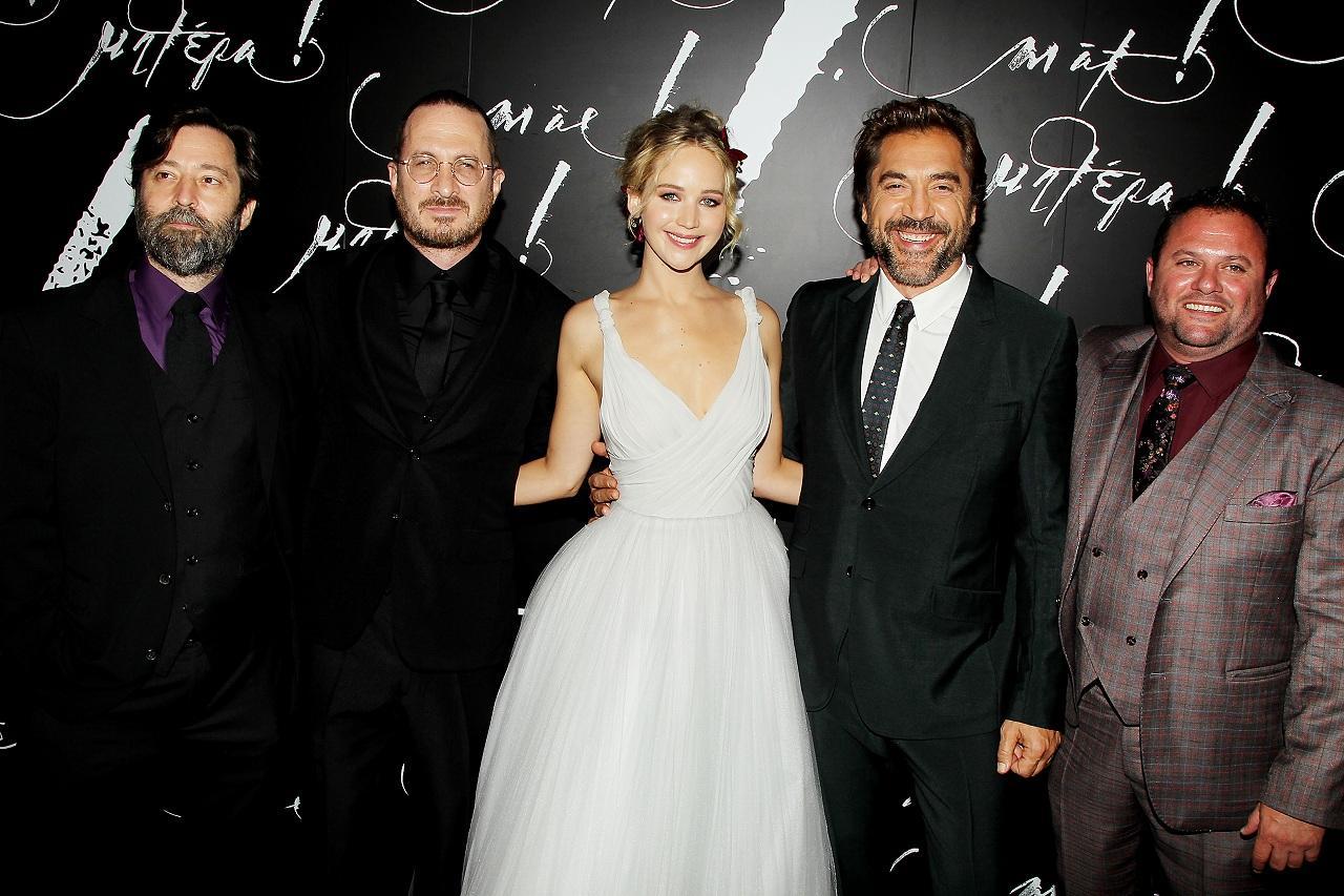画像: 左から(一人置いて)アロノフスキー監督、ジェニファー、ハヴィエル・バルデム (C) 2017 Paramount Pictures. All rights reserved.