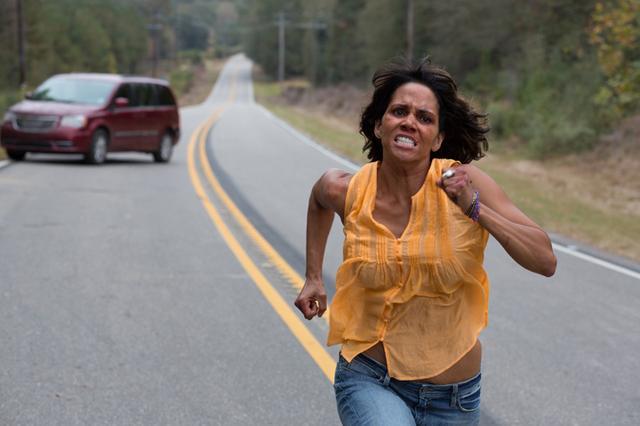 画像: 奪われた息子を奪還するため、誘拐犯と白熱のカーチェイス!