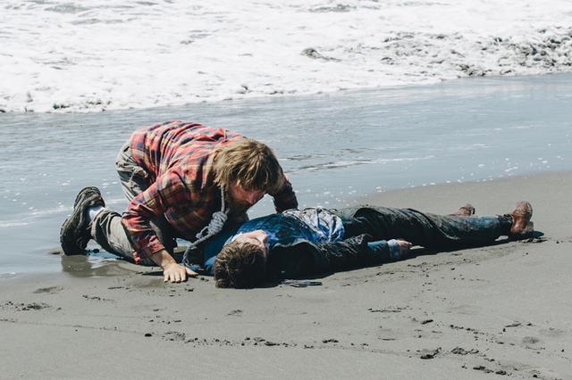 """画像: 遭難した男を救ったのは""""便利な死体""""だった!? 奇想天外な着想の「スイス・アーミー・マン」9月22日公開"""