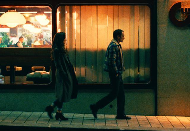 画像1: 夜のカフェで出会った男女。2人の行く先は…?