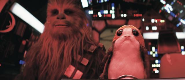 画像: 写真右がポーグ。ルークが身を隠していた孤島に生息する、小さなペンギンのような生き物。チューバッカとともにミレニアム・ファルコン号に乗り込んでいるので、レイたちと一緒に冒険を繰り広げそう。 © 2017 Lucasfilm Ltd. & TM. All Rights Reserved.