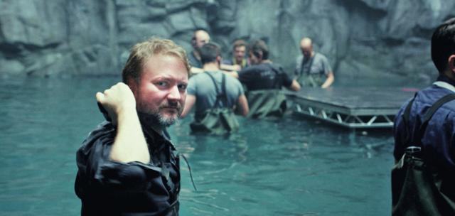 画像: 『最後のジェダイ』撮影中のライアン・ジョンソン監督 © 2017 Lucasfilm Ltd. & TM. All Rights Reserved.