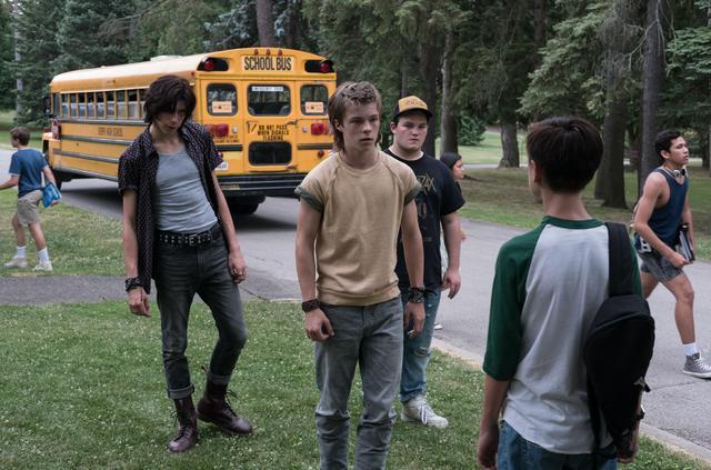 画像2: 力を合わせてピエロに立ち向かう子ども達。なぜピエロは子どもを狙うのか…?