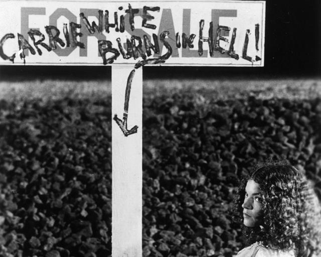 画像: この墓からアレが……(「キャリー」)