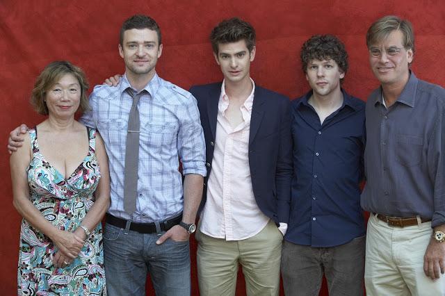 画像: 2010「ソーシャル・ネットワーク」左から、ジャスティン、アンドリュー・ガーフィールド、ジェッシー アイゼンバーグ、アーロン・ソーキン(脚本)