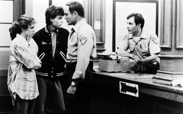 画像: 左から二人目がジョニー・デップ(「エルム街の悪夢」)ちなみに冒頭の「13日の金曜日」の場面で奥にいるのがケヴィン・ベーコン