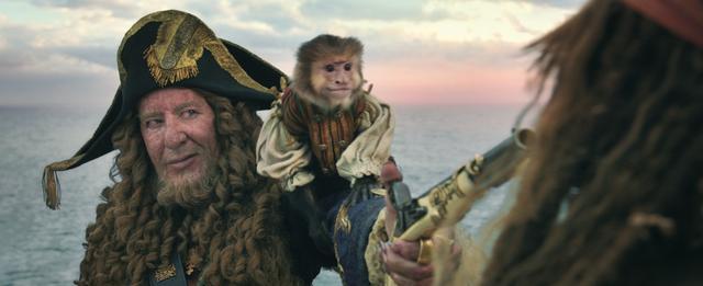 画像: 猿のジャックの着ている赤いシャツは… ©2017 Disney