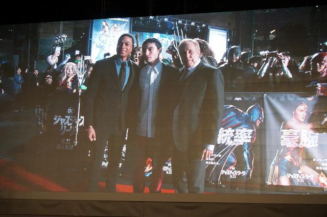 画像: スクリーンにエズラ・ミラー、レイ・フィッシャー、プロデューサーのチャールズ・ローブンが登場すると大きな歓声があがった。