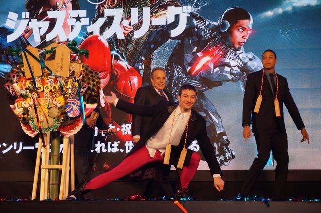 画像12: エズラ・ミラー&レイ・フィッシャー来日! 『ジャスティス・リーグ』のジャパンプレミアで1200人のファンが大熱狂