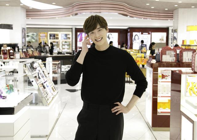 画像: イ・ジョンソクが銀座のロッテ免税店をサプライズ訪問