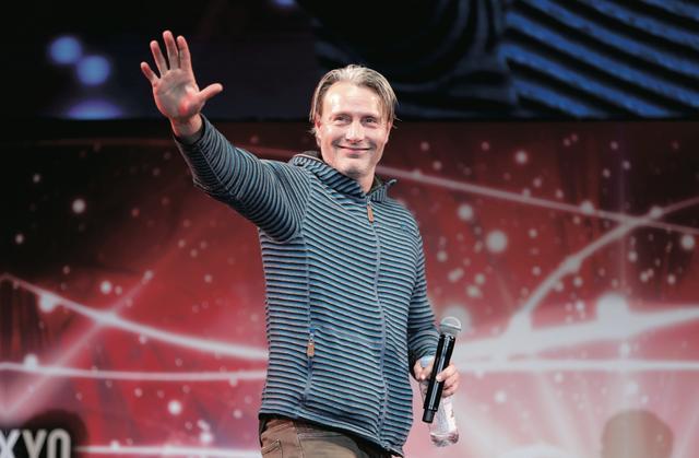 画像: マッツ・ミケルセンの投げキッスにみんな大興奮