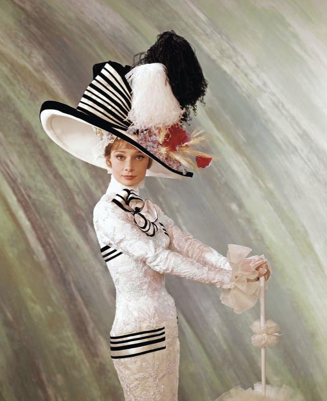 画像: 豪華絢爛なドレスが意欲的な熱演を支えた