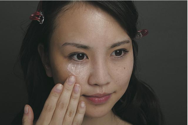 画像: 1.下地は顔の中心を指で軽く伸ばしながら