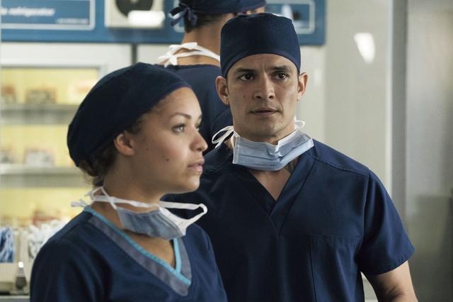 画像: ショーンを囲む医師仲間も個性的