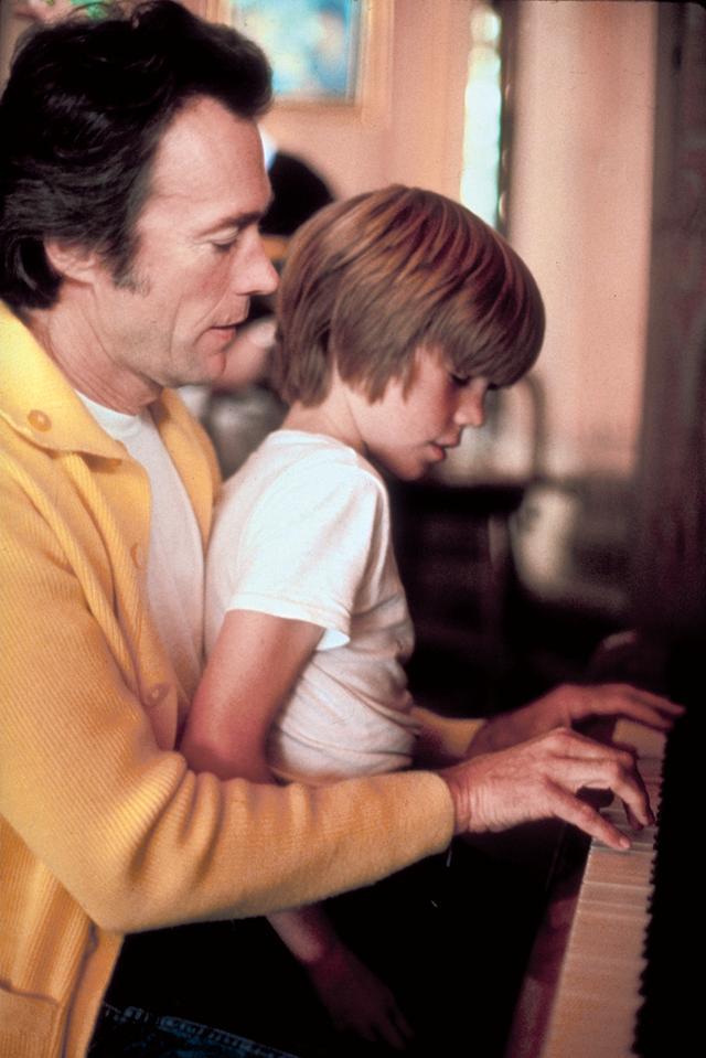 画像: 自身もジャズ・ピアノの腕は相当なモノ(抱えているのが息子のカイル) Photo by John Bryson/The LIFE Images Collection/Getty Images