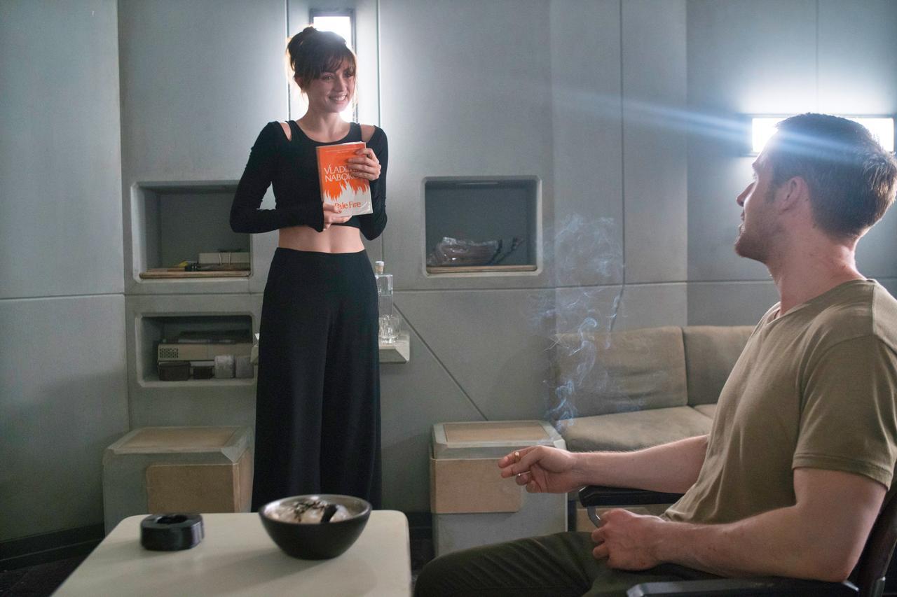 画像: ジョイが手にしているのはナボコフの本