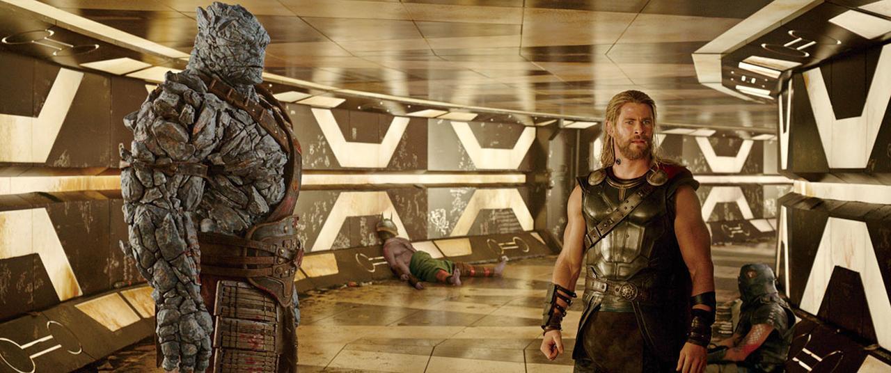 画像: 左が監督が演じたコーグ