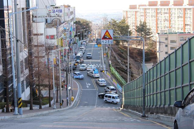 画像: これが釜山のすべり台級の坂道!