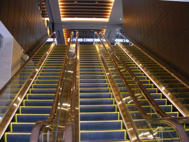 画像: お気に入りの写真。3階からこのピカピカのエスカレーターをのぼっていくと!