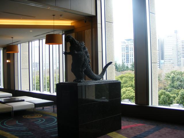 画像: 以前広場にあったゴジラ像がここに移転