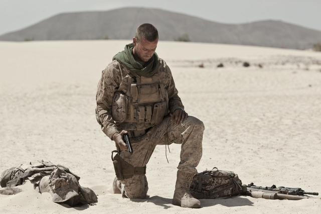 画像: 誤って砂漠の地雷原に踏み入った兵士に、容赦なく襲いかかる自然の脅威