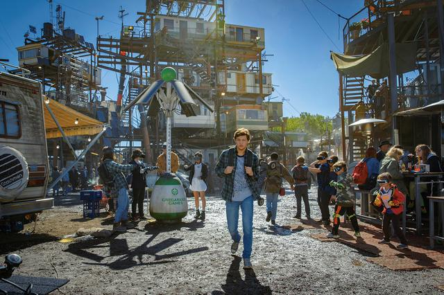 画像: CHECK 01: 誰もがVR世界に没頭する近未来が舞台