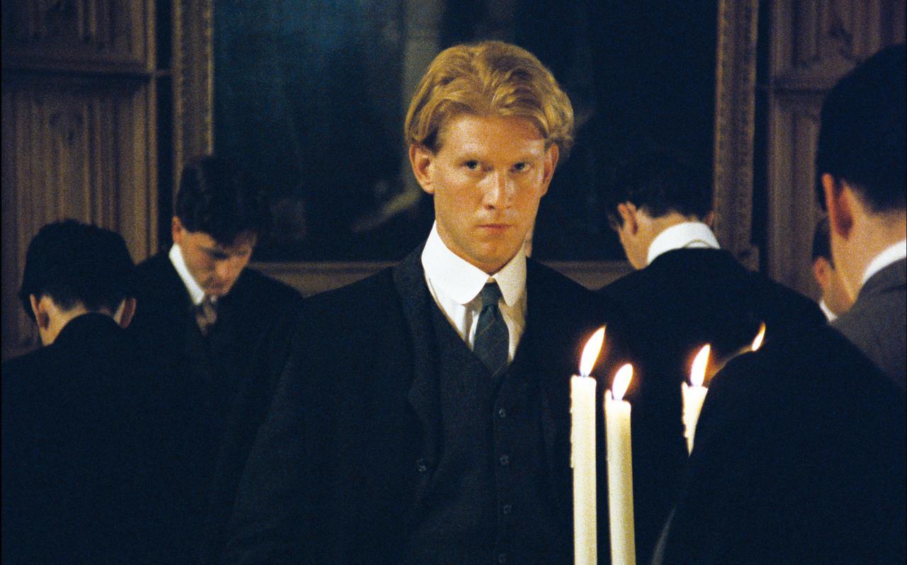 画像: モーリス (ジェームズ・ウィルビー) ケンブリッジ大学に通う青年。知的な同級生クライヴに魅了されるが、同性愛を禁じるイギリス社会の風潮に翻弄されていく。