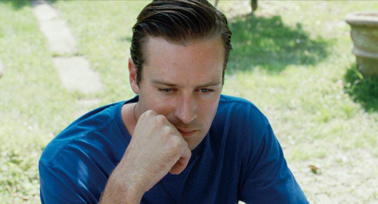 画像: オリヴァー (アーミー・ハマー) パールマン教授の研究を手伝う24歳の大学院生。教授の息子であるエリオと思わぬ恋に落ちていく。