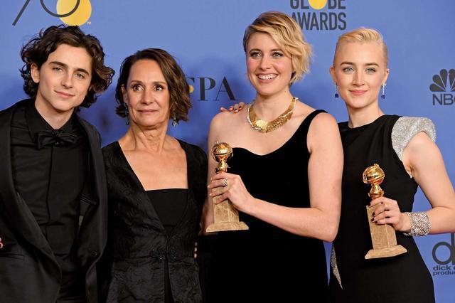 画像: 『レディ・バード』の共演者ローリー・メトカーフ、グレタ・ガーウィグ監督、シアーシャ・ローナンとゴールデングローブ賞授賞式で