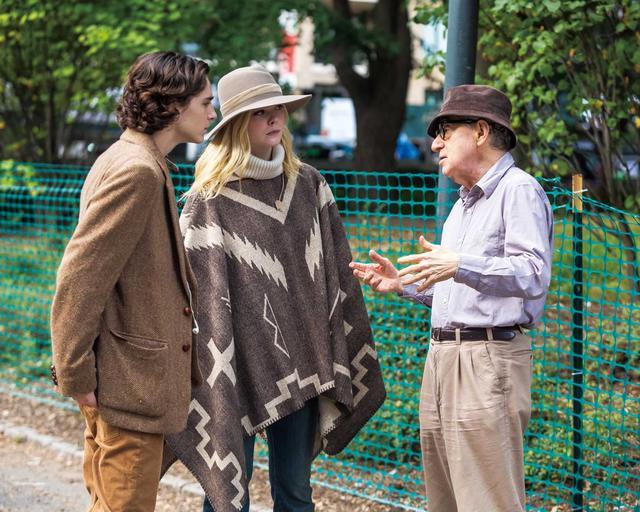 画像: 新作『レイニー・デイ・イン・ニューヨーク』撮影中に共演のエル・ファニングと、ウッディー・アレン監督から演出を受ける