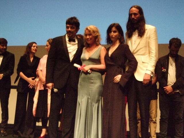 画像: 大賞の「ボーダー」のアッバシ監督と審査員長ベニチオ・デル・トロー