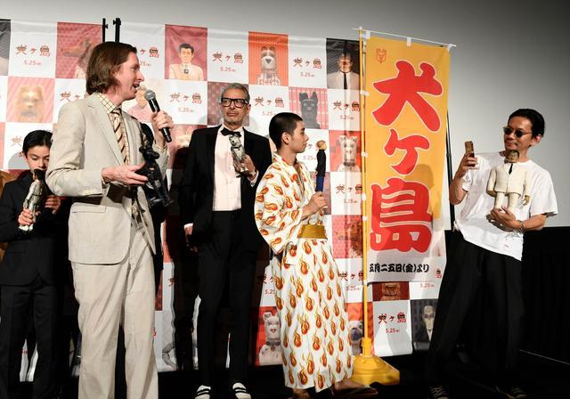 画像: ボイスキャストと共に登壇したアンダーソン監督(左)