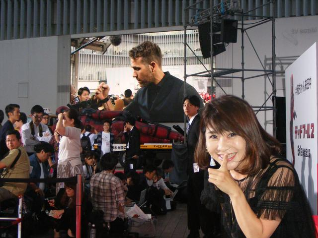 画像: モニターのライアンと伊藤さんの2ショット。このポーズ、ポスターの俺ちゃんと同じ……ってわかるか(笑)