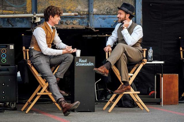 画像: 「ファンタスティック・ビーストと黒い魔法使いの誕生」撮影現場で談笑するエディ・レッドメインとジュード・ロウ