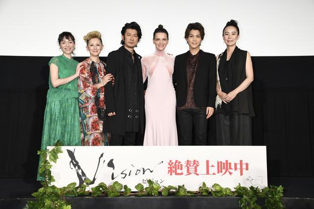画像: 日本人キャスト達と共に6月9日に行われた公開記念舞台挨拶に登壇したジュリエット・ビノシュ