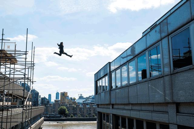 画像: ビルからビルへ大ジャンプ!