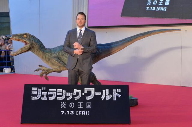 画像: 主演クリス・プラットと映画に登場するヴェロキラプトルの等身大モデル
