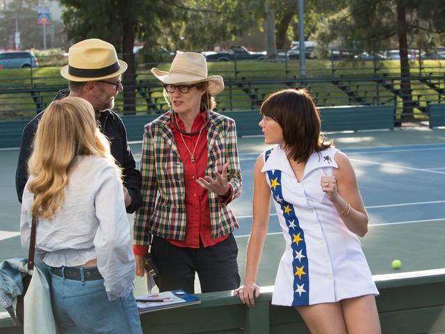 画像: デートン、ヴァレリー監督から演出を受けるエマ(右)