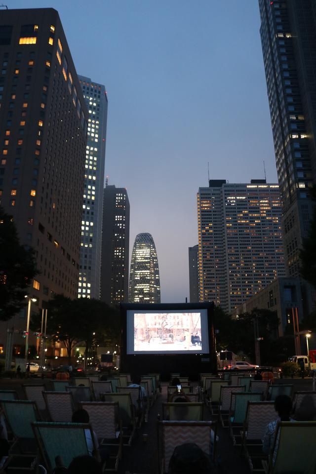 画像2: お酒や軽食を愉しみながら映画鑑賞することも可能