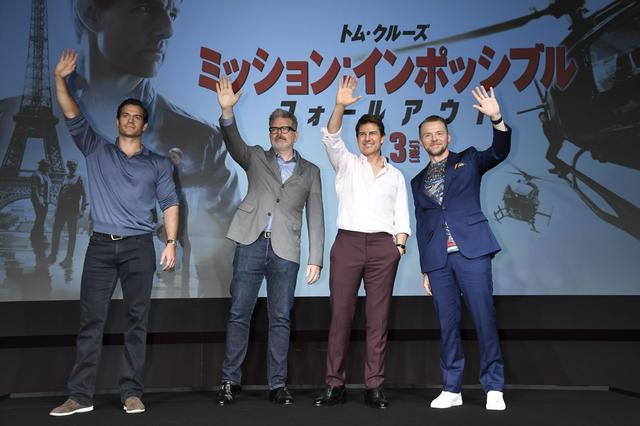 画像: カメラに手をふるヘンリー、マッカリー監督、トム、サイモン