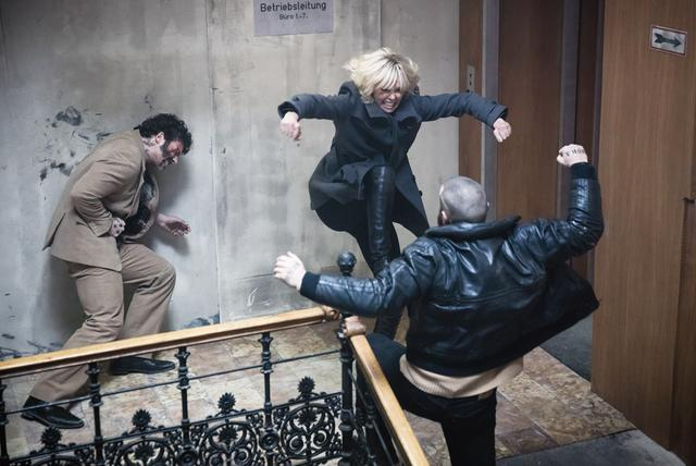 画像: 美女スパイが屈強な男どもをなぎ倒す!