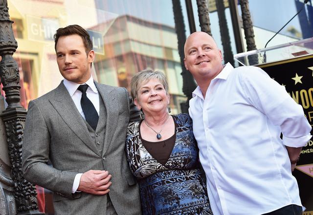 画像: 母キャシーさん、兄のカリーさんと