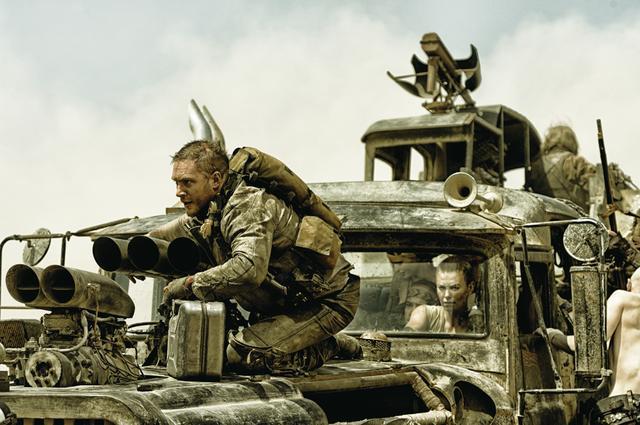 画像: 異様なマシン群が荒野を大暴走!