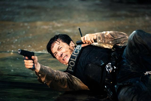 画像: 刑事ジャッキーが悪に立ち向かう