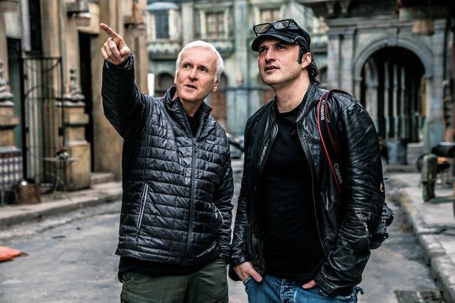 画像: 脚本・製作を手がけたジェームズ・キャメロン(左)と監督のロバート・ロドリゲス