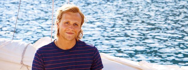 """画像: 若きビル(ジョシュ・ディラン) カロカイリ島へ向かうドナをヨットで送ってくれる""""危ない女たらし""""?"""
