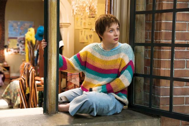 画像: 若きロージー(アレクサ・デイビーズ) 親友ドナに気を遣って若きビルに一目惚れするも身を引く?