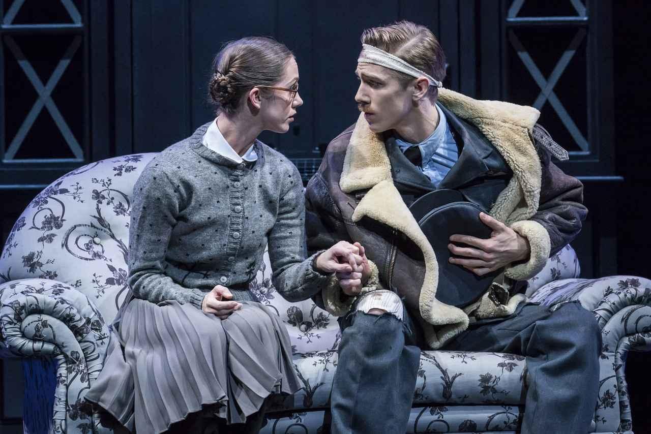 画像1: 名作「シンデレラ」の舞台を第 2 次世界大戦下のロンドンに大胆アレンジ