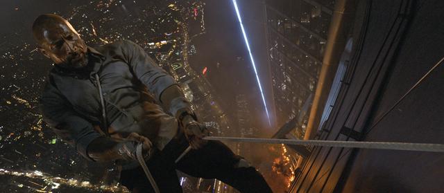 画像3: 炎の塔と化した史上最大最長のビルにD・ジョンソンが突っ込む!