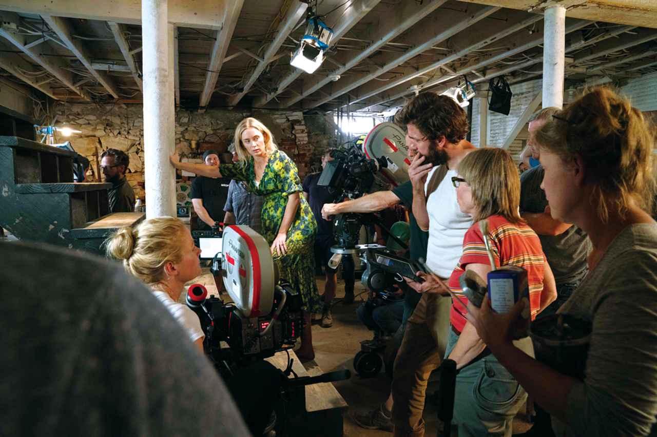 画像: 撮影中のエミリーとクラシンスキー監督(中央)
